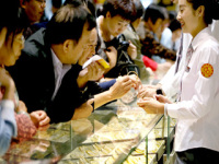 Beijing Stores Cut Gold Prices on Slump
