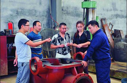Clients discussing about split case pump structure on site