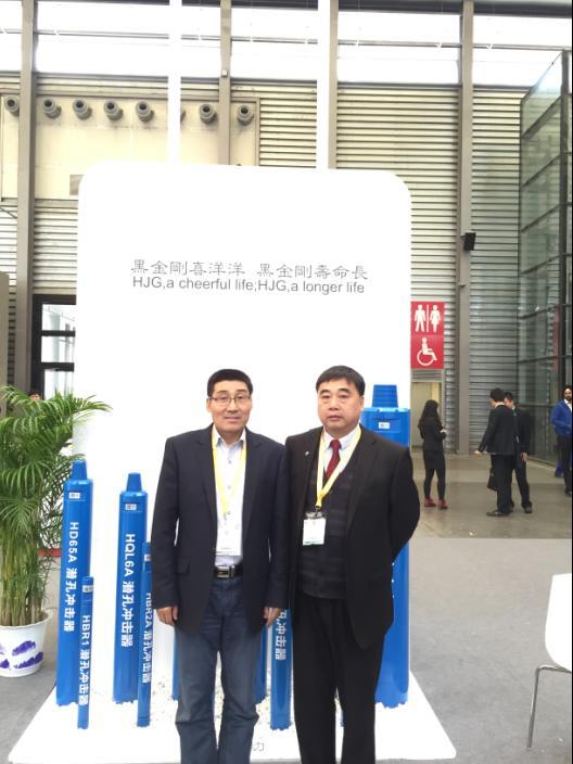General manager Yang Riping with the customer