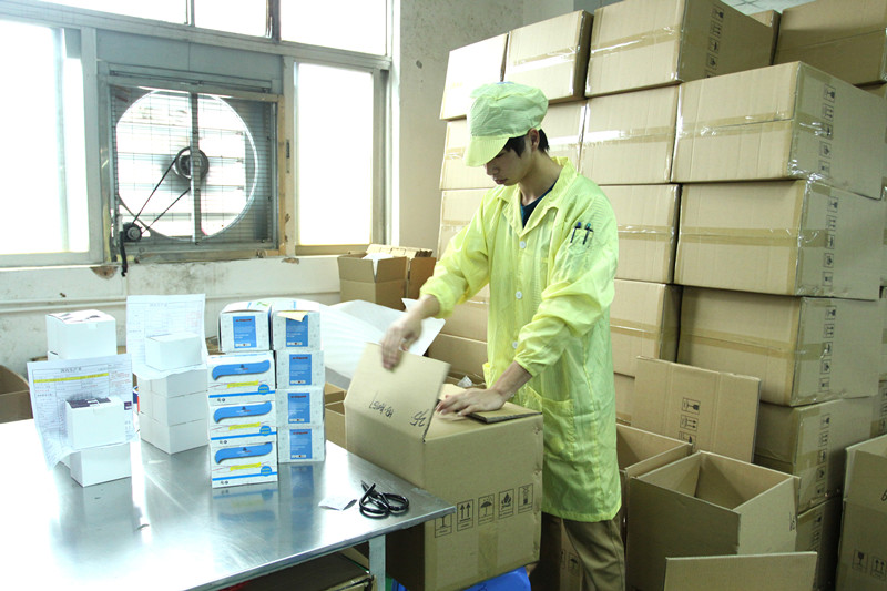 QA/QC inspecting carton packing