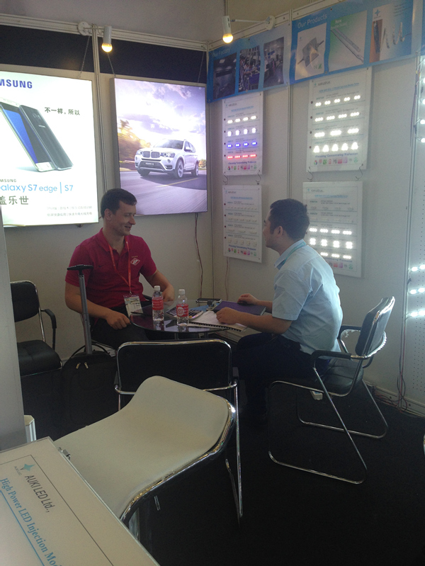 Negotiation with great interest of cooperation customer in exhibition