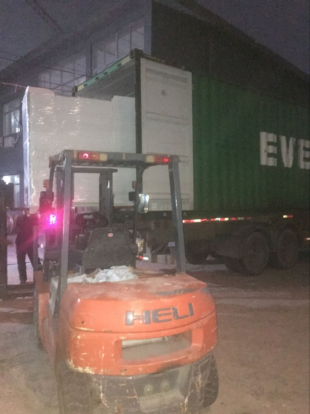 25Ton air cooled water chiller to Saudi Arabia is loading container
