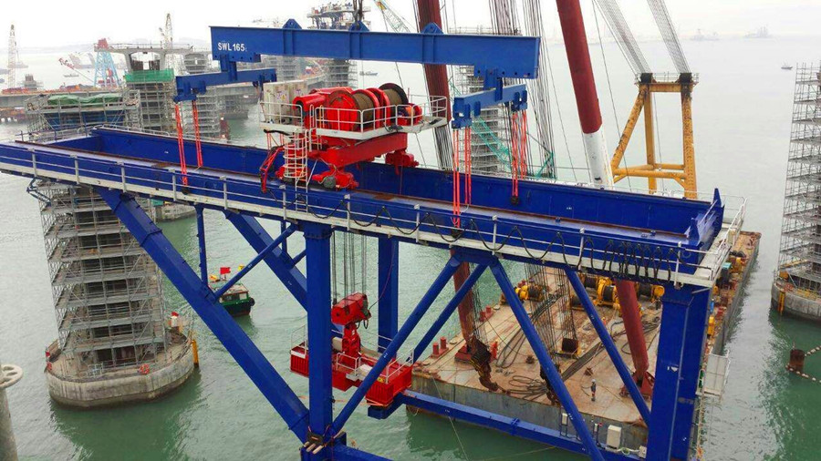 135t cantilever crane hoist smoothly