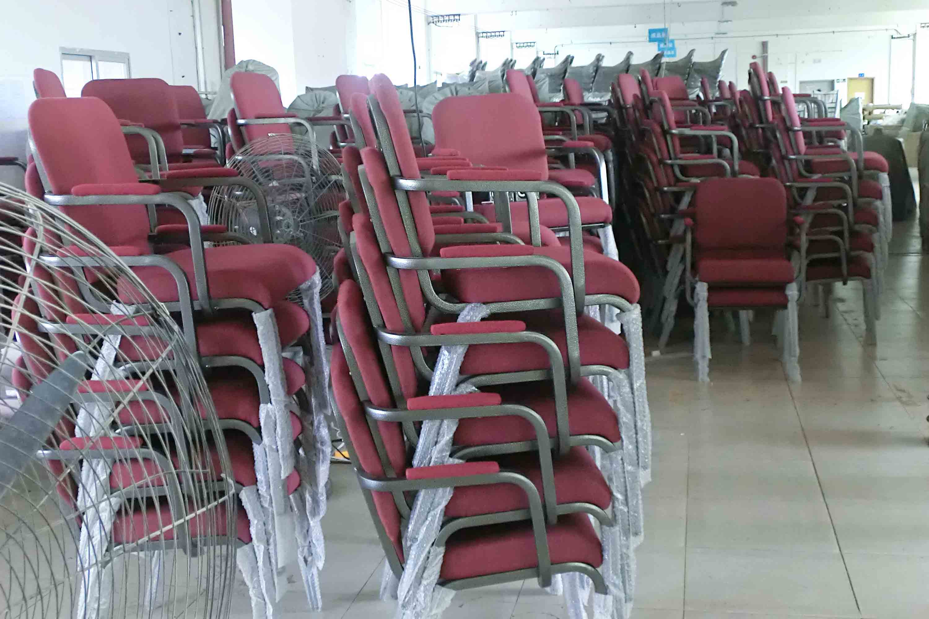 Xinyimei Furniture factory′s workshop stacking church chair