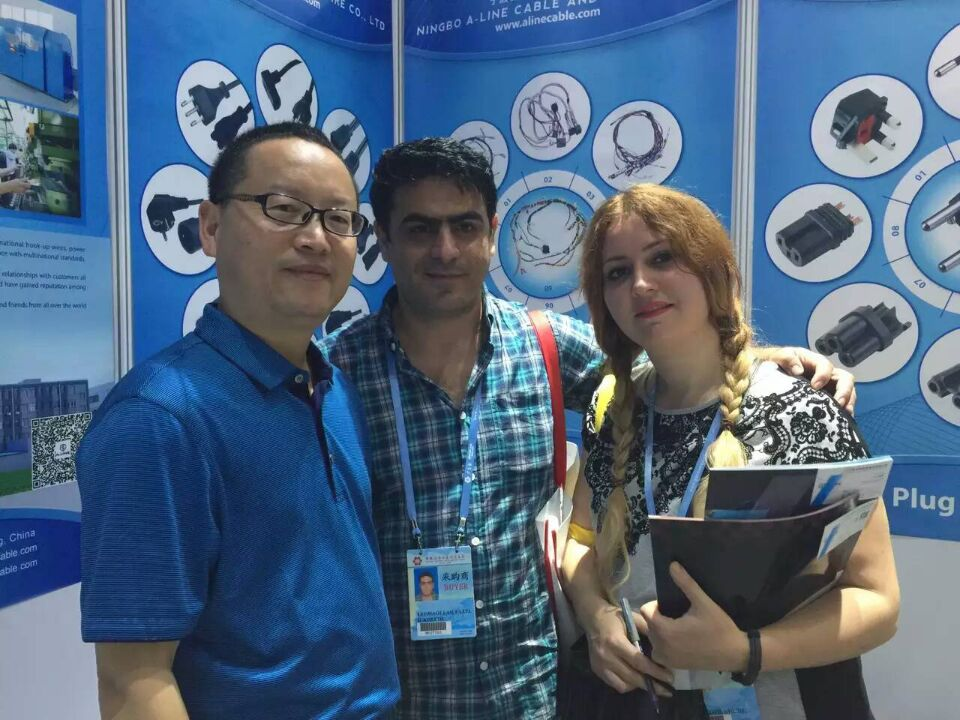 take photo with clients in the 118th Canton Fair