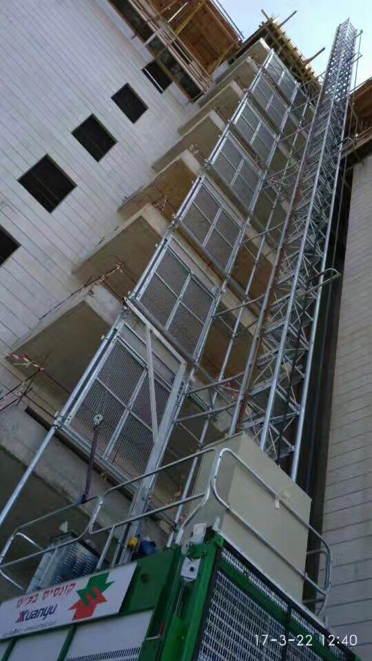 Building hoist with landing doors in Israel