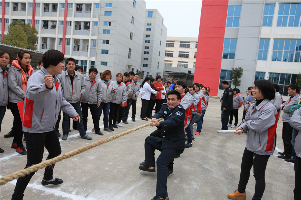 Hold a contest of tug-of-war 02