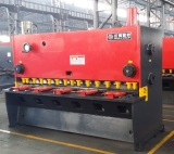 guillotine shearing machine is in testing process