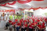 Newbakers organizes employees to visit the nursing home on mother′s day