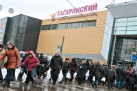 Residents in Russia Rush to Stores to Purchase Due to Falling Ruble