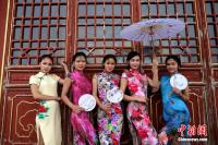 Beauties Show off Qipao on Top of Funiushan Mountain