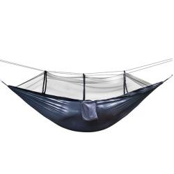 En el exterior de nylon de paracaídas hamaca con cuerda