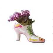 Figurilla de jardín con flores.