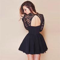 Les femmes voient à travers la robe noire ouverte de soirée d'avant Backless